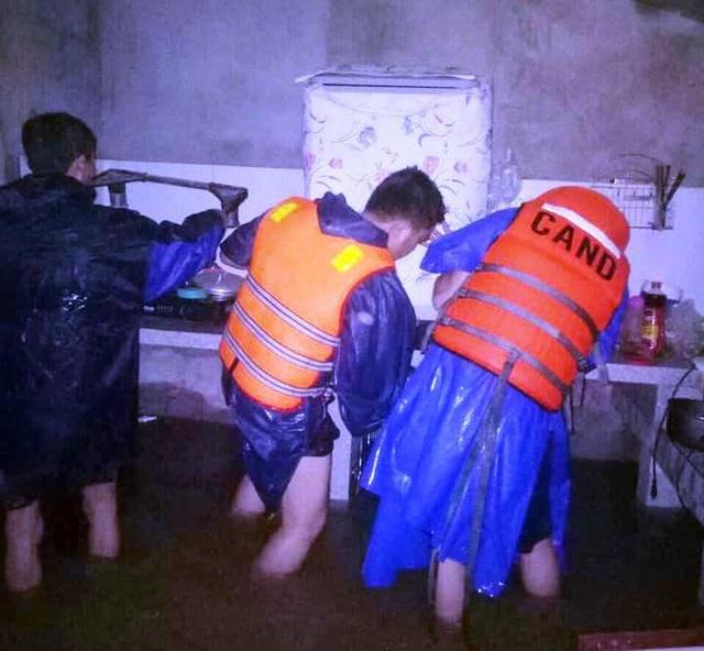 """""""Rốn"""" lũ Phong Điền nước dâng nhanh, ngập đến nửa nhà dân - 8"""