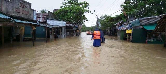 """""""Rốn"""" lũ Phong Điền nước dâng nhanh, ngập đến nửa nhà dân - 13"""