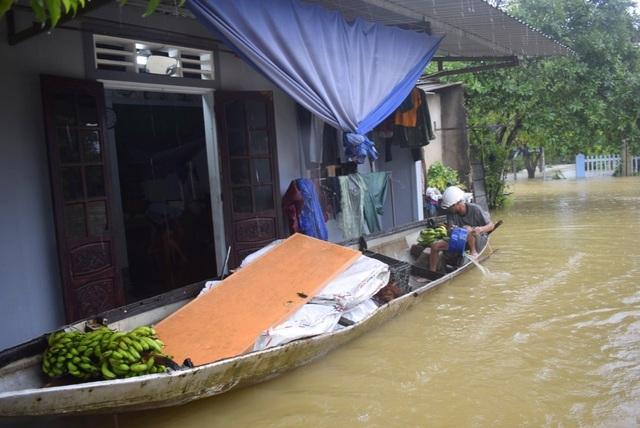 """""""Rốn"""" lũ Phong Điền nước dâng nhanh, ngập đến nửa nhà dân - 4"""