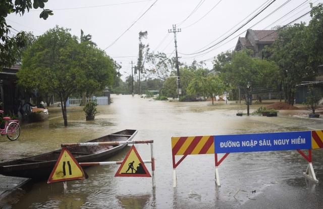 """""""Rốn"""" lũ Phong Điền nước dâng nhanh, ngập đến nửa nhà dân - 14"""