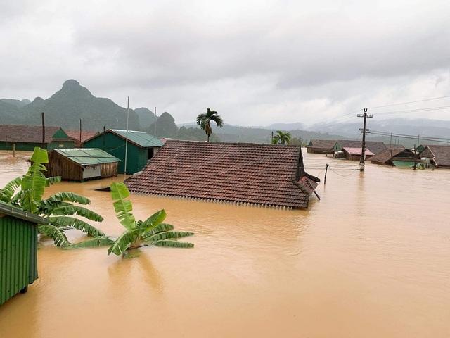 Lũ dâng tận nóc nhà, nhiều làng mạc chìm sâu trong nước - 1