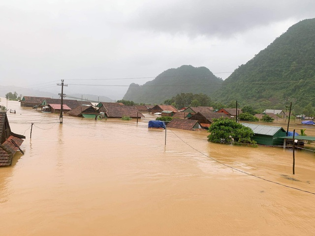 Lũ dâng tận nóc nhà, nhiều làng mạc chìm sâu trong nước - 2