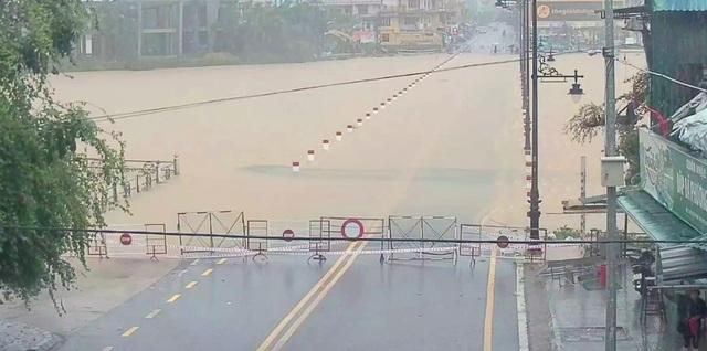 Nước sông Hương gần tràn bờ, TP Huế ngập mênh mông - 1