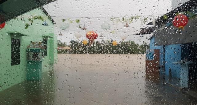Nước sông Hương gần tràn bờ, TP Huế ngập mênh mông - 4