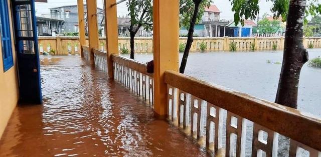 Nước sông Hương gần tràn bờ, TP Huế ngập mênh mông - 2