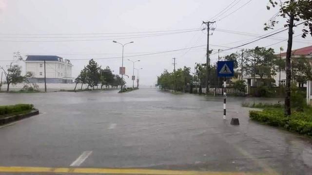 Nước sông Hương gần tràn bờ, TP Huế ngập mênh mông - 3