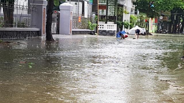 Nước sông Hương gần tràn bờ, TP Huế ngập mênh mông - 5