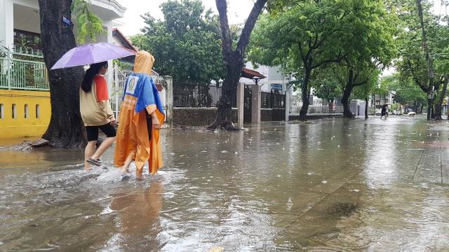 Nước sông Hương gần tràn bờ, TP Huế ngập mênh mông - 6