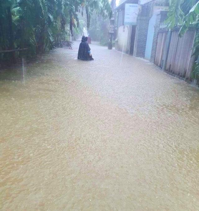 Nước sông Hương gần tràn bờ, TP Huế ngập mênh mông - 12