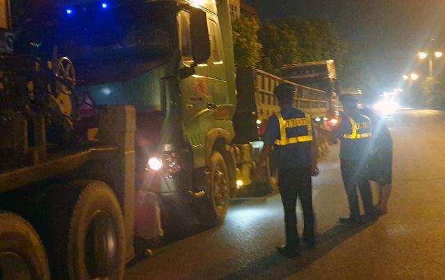 """Hà Nội: Tài xế xe quá tải cố thủ trong xe gọi """"cứu viện"""" - 1"""