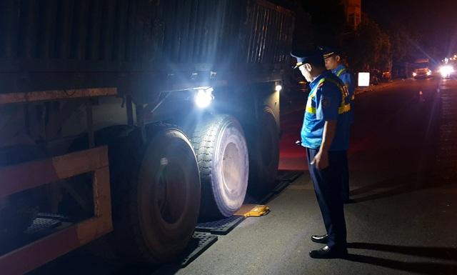 """Hà Nội: Tài xế xe quá tải cố thủ trong xe gọi """"cứu viện"""" - 2"""