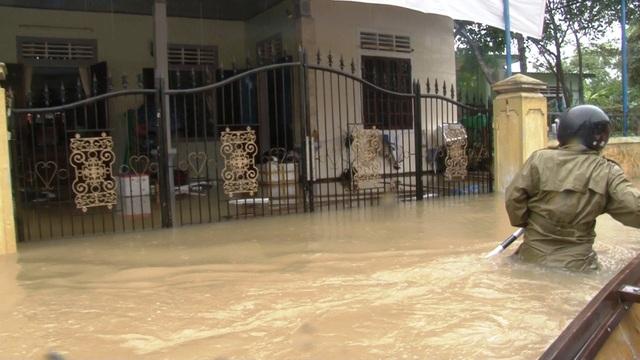 Nước sông Hương gần tràn bờ, TP Huế ngập mênh mông - 16