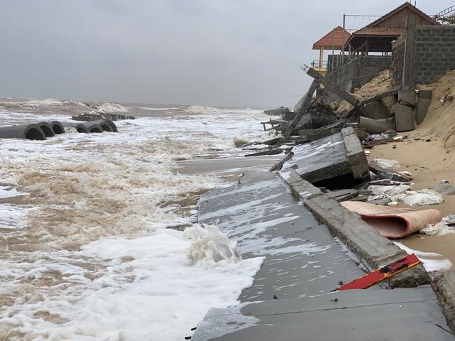 Tuyến kè biển 26 tỷ đồng đang thi công dở bị mưa lũ phá huỷ - 1