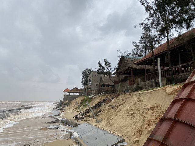 Tuyến kè biển 26 tỷ đồng đang thi công dở bị mưa lũ phá huỷ - 2