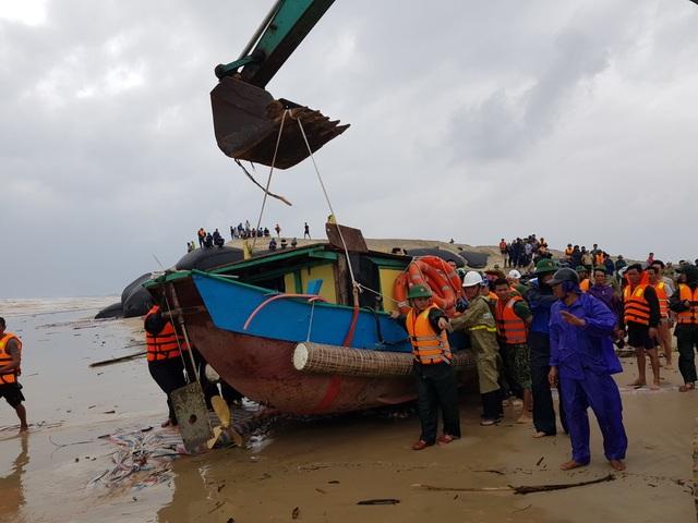 Thuyền cứu hộ bị chìm khi ra biển cứu 8 thuyền viên - 2