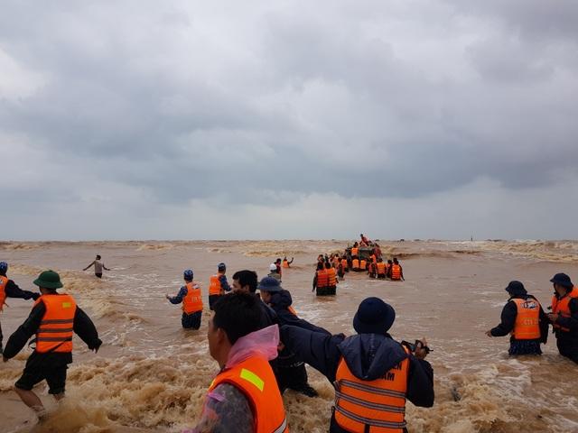 Thuyền cứu hộ bị chìm khi ra biển cứu 8 thuyền viên - 3