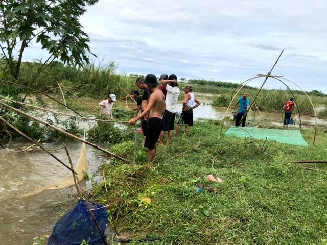 Người dân đổ ra đường giăng lưới bắt cá giữa lũ lớn - 6