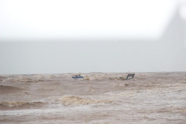 Thuyền cứu hộ bị chìm khi ra biển cứu 8 thuyền viên - 1