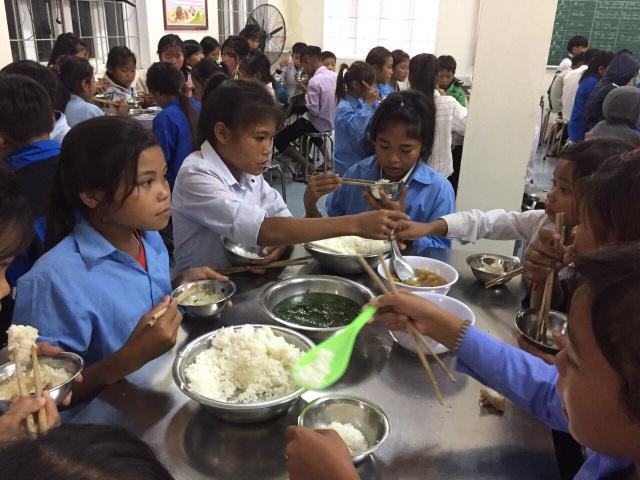 Đảm bảo thực phẩm, đồ dùng cho 130 học sinh, giáo viên kẹt lại trường do lũ - 2