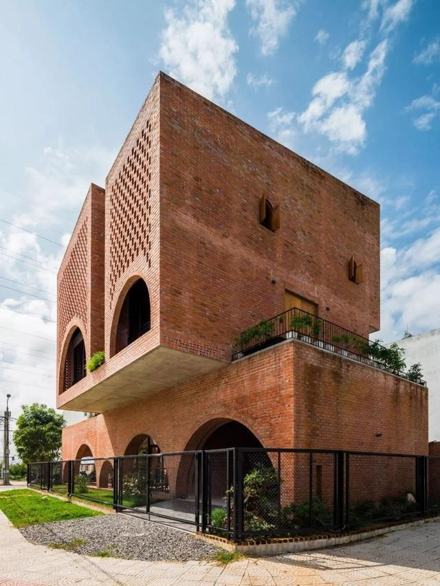 """Nhà đất nung """"hầm hố"""", vào bên trong như tham quan thành cổ ở Đà Nẵng - 9"""
