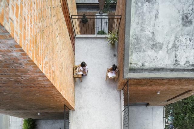 """Nhà đất nung """"hầm hố"""", vào bên trong như tham quan thành cổ ở Đà Nẵng - 11"""