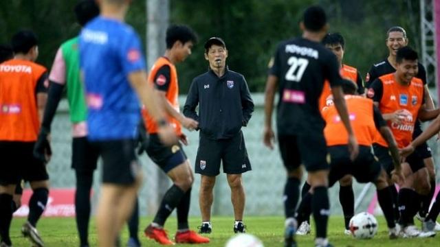 HLV Nishino muốn các tân binh tuyển Thái Lan chơi theo phong cách Nhật - 1