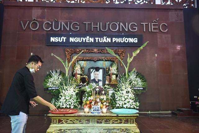 Bố NSƯT Tuấn Phương khóc nghẹn trong tang lễ con trai - 1