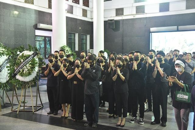 Bố NSƯT Tuấn Phương khóc nghẹn trong tang lễ con trai - 2