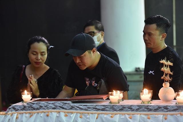 Bố NSƯT Tuấn Phương khóc nghẹn trong tang lễ con trai - 5