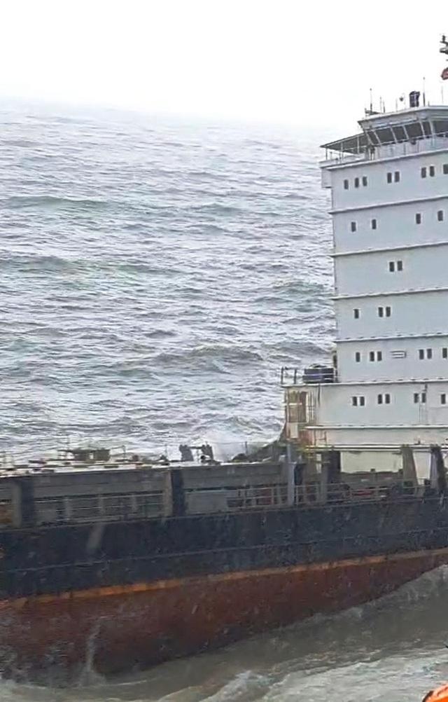 Tàu hàng lớn không người mắc cạn tại bờ biển - 5