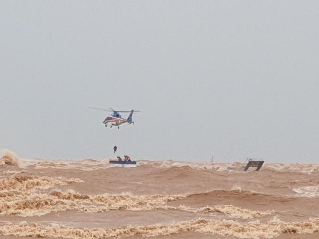 Trực thăng cùng đặc công nước cứu hộ thành công 8 người trên tàu Vietship - 1