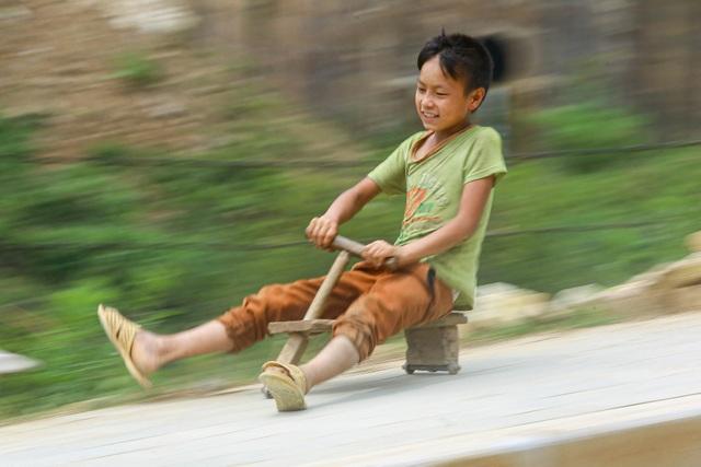 """Thót tim xem màn """"đua xe"""" tự chế của trẻ em vùng cao ở Sa Pa - 4"""