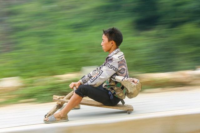 """Thót tim xem màn """"đua xe"""" tự chế của trẻ em vùng cao ở Sa Pa - 7"""