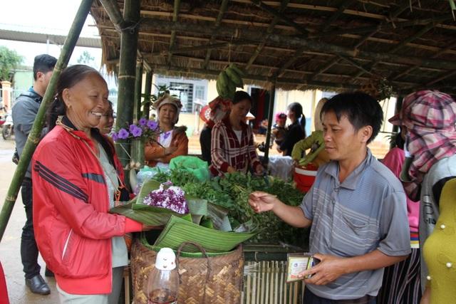 Phụ huynh mở chợ phiên, gây quỹ học bổng tặng học sinh nghèo - 5