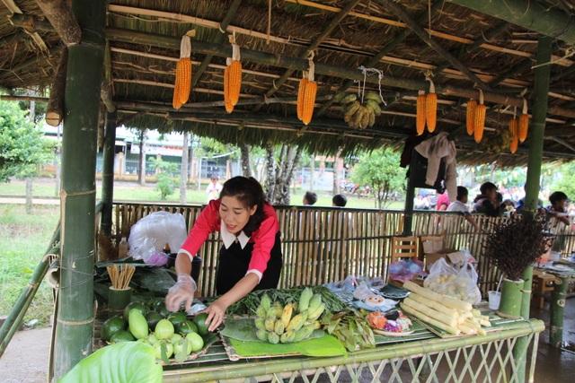 Phụ huynh mở chợ phiên, gây quỹ học bổng tặng học sinh nghèo - 3