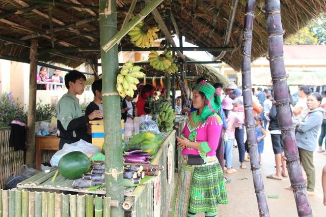 Phụ huynh mở chợ phiên, gây quỹ học bổng tặng học sinh nghèo - 1