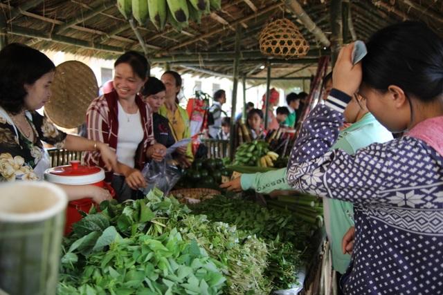 Phụ huynh mở chợ phiên, gây quỹ học bổng tặng học sinh nghèo - 6
