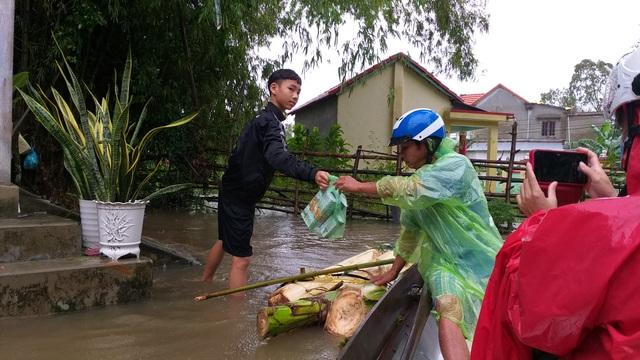 Đà Nẵng: Nhiều nơi vẫn ngập nặng, đã di dời hơn 2.500 người dân - 16