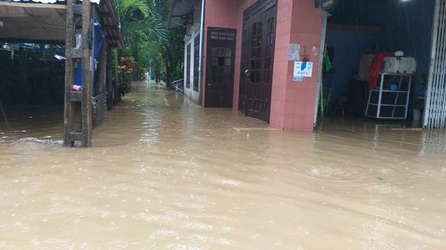 Đà Nẵng: Nhiều nơi vẫn ngập nặng, đã di dời hơn 2.500 người dân - 5