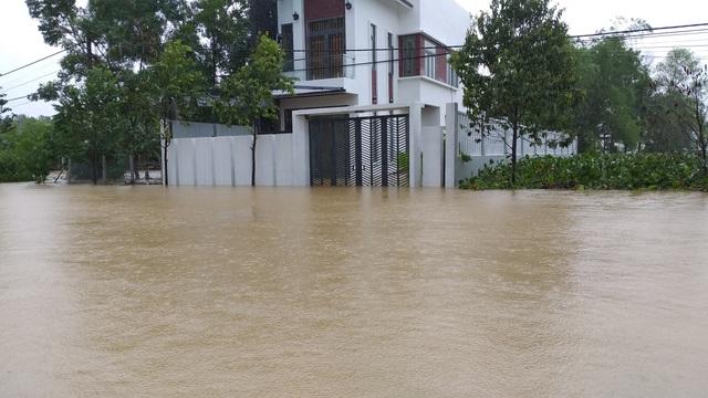 Đà Nẵng: Nhiều nơi vẫn ngập nặng, đã di dời hơn 2.500 người dân - 6