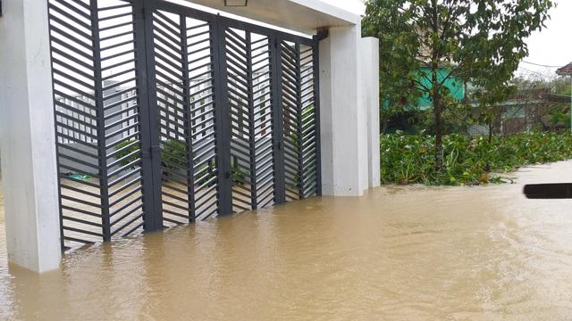 Đà Nẵng: Nhiều nơi vẫn ngập nặng, đã di dời hơn 2.500 người dân - 7