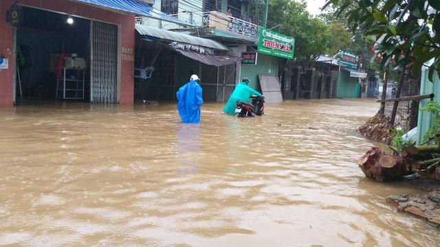 Đà Nẵng: Nhiều nơi vẫn ngập nặng, đã di dời hơn 2.500 người dân - 2