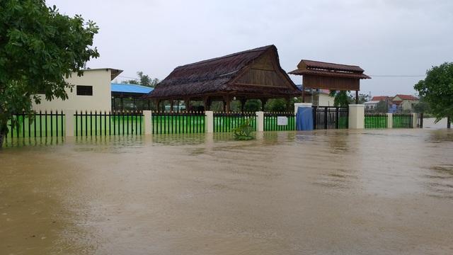 Đà Nẵng: Nhiều nơi vẫn ngập nặng, đã di dời hơn 2.500 người dân - 12