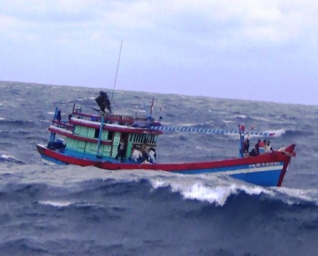 Ảnh hưởng bão, 2 tàu cá với 9 thuyền viên đang trôi dạt, chờ cứu hộ - 1