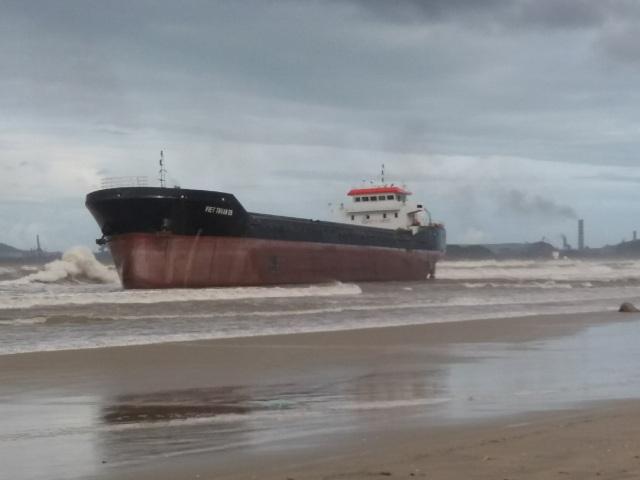 3 tàu hàng cùng 38 thuyền viên đang mắc cạn trên biển - 2