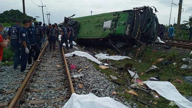 Tàu hỏa va chạm xe buýt ở Thái Lan, ít nhất 20 người chết - 1