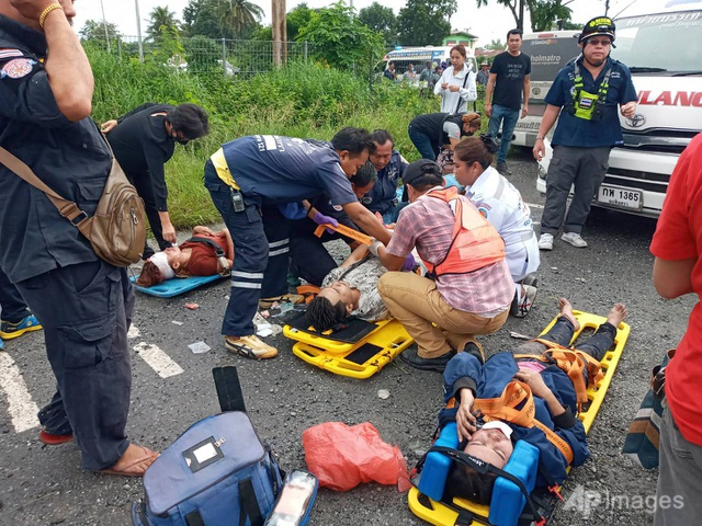 Tàu hỏa va chạm xe buýt ở Thái Lan, ít nhất 20 người chết - 6