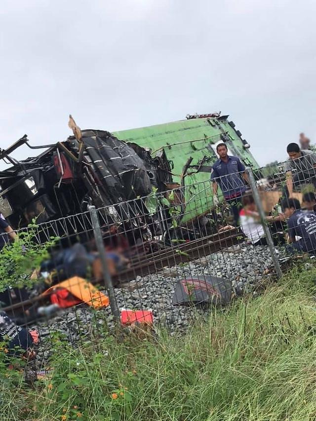 Tàu hỏa va chạm xe buýt ở Thái Lan, ít nhất 20 người chết - 2