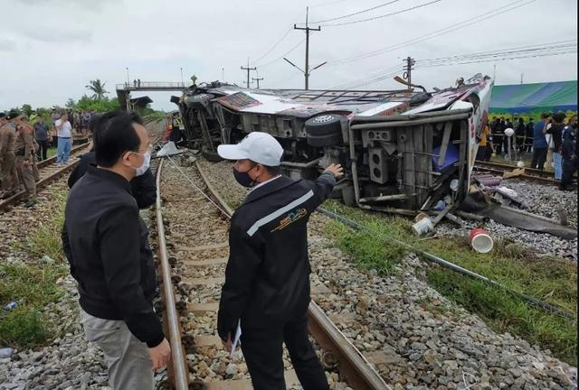 Tàu hỏa va chạm xe buýt ở Thái Lan, ít nhất 20 người chết - 5