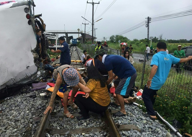Tàu hỏa va chạm xe buýt ở Thái Lan, ít nhất 20 người chết - 7